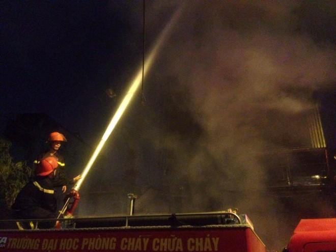 Nhận tin báo, Cảnh sát PCCC Hà Nội huy động gần 20 xe chữa cháy cùng hàng chục lính cứu hỏa đến hiện trường cứu chữa.