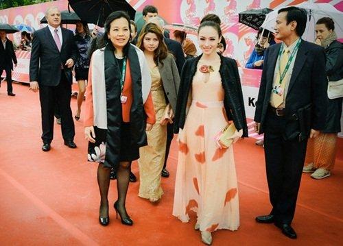 Hoa hậu Phương Nga tham dự Tuần lễ điện ảnh Việt Nam tại Nga.