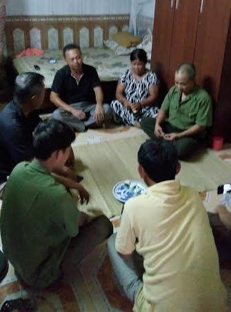 Đồng đội cũ, bà con hàng xóm cùng người thân  khi nghe tin dữ đã đến chia sẻ, động viên cùng gia đình ông Thạch.
