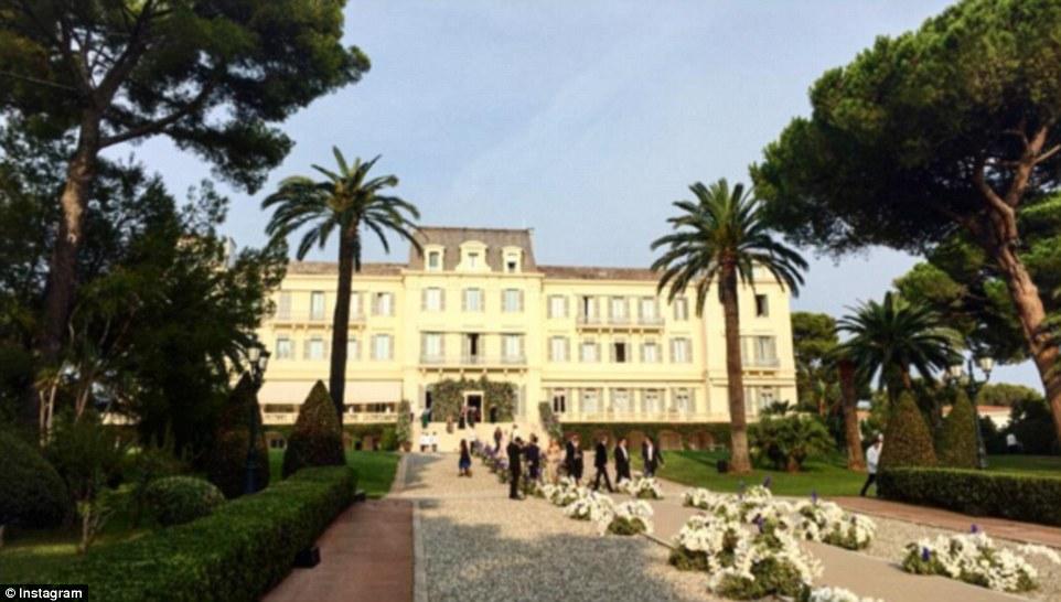 Khung cảnh tráng lệ bên ngoài khách sạn 5 sao sang trọng bậc nhất nước Pháp.
