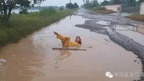 Một người phụ nữ tắm bùn ở tỉnh Chaiyaphum, đông bắc Thái Lan. Ảnh: Weibo
