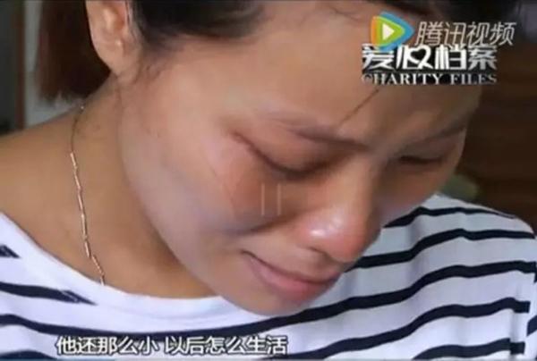 Liu Peihua không cầm được nước mắt vì xót thương cho đứa con trai nhỏ. Ảnh:Peoples Daily Online