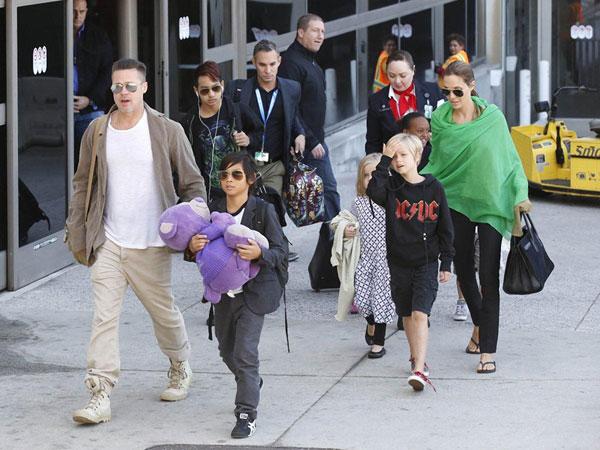 Để tránh một vụ kiện ồn ào trên tòa, Jolie-Pitt đã đồng ý bản thỏa thuận riêng. Theo đó, Angelina tạm thời được quyền nuôi con trong vòng 3 tuần, Brad chỉ được đến thăm.