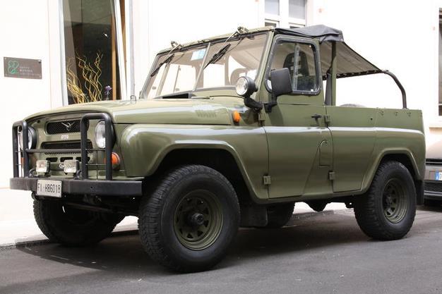 Chiếc UAZ với trang bị đơn giản, sơn màu xanh lá, mui bằng vải bạt.