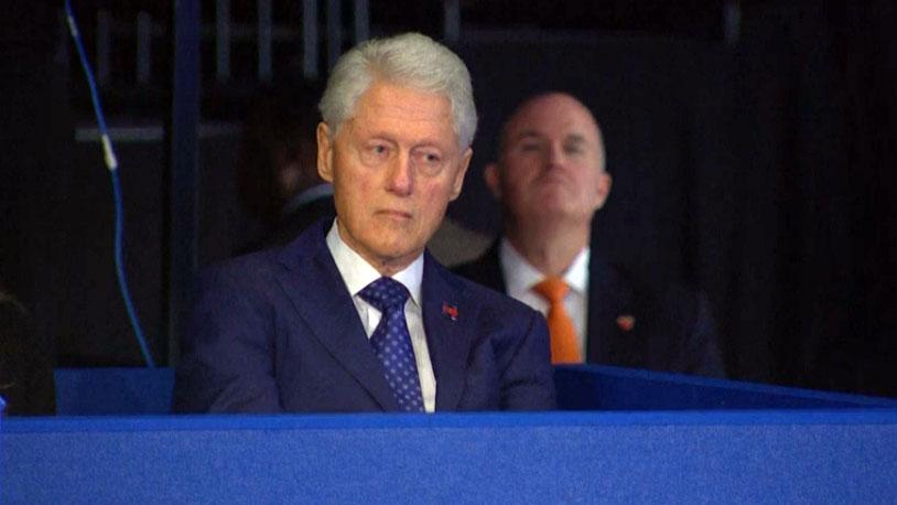 Khuôn mặt lạnh như băng của cựu Tổng thống Bill Clinton khi Donald Trump lôi lại các cáo buộc tấn công tình dục phụ nữ.