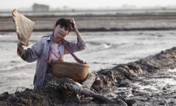 Hình ảnh khác lạ của nữ hoàng nội y trong bộ phim Vòng eo 56.