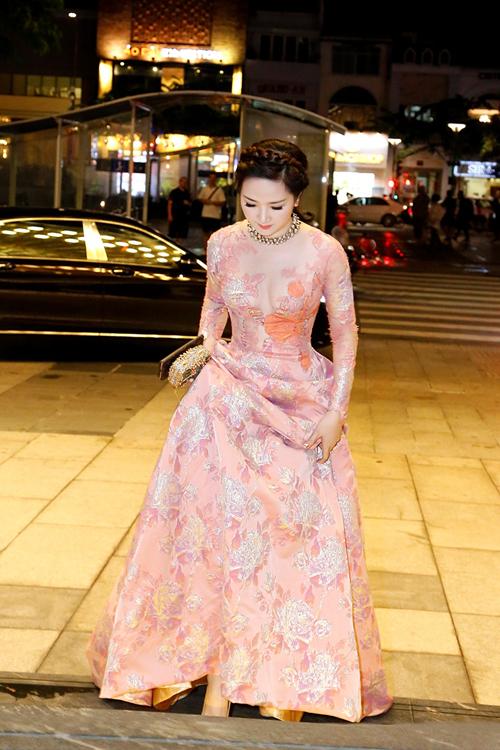 Mỹ nhân không tuổi nổi bật với váy dạ hội cầu kỳ của NTK Hoàng Hải, mix cùng các phụ kiện hàng hiệu.
