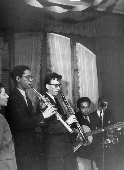 Quốc vương Bhumibol (thứ hai từ trái sang) đang thổi kèn saxophone. Ảnh: The Life Picture Collection.