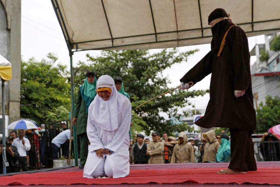 Những người vi phạm luật Sharia bị phạt từ 9-25 roi, tùy mức độ vi phạm. Ảnh: EPA