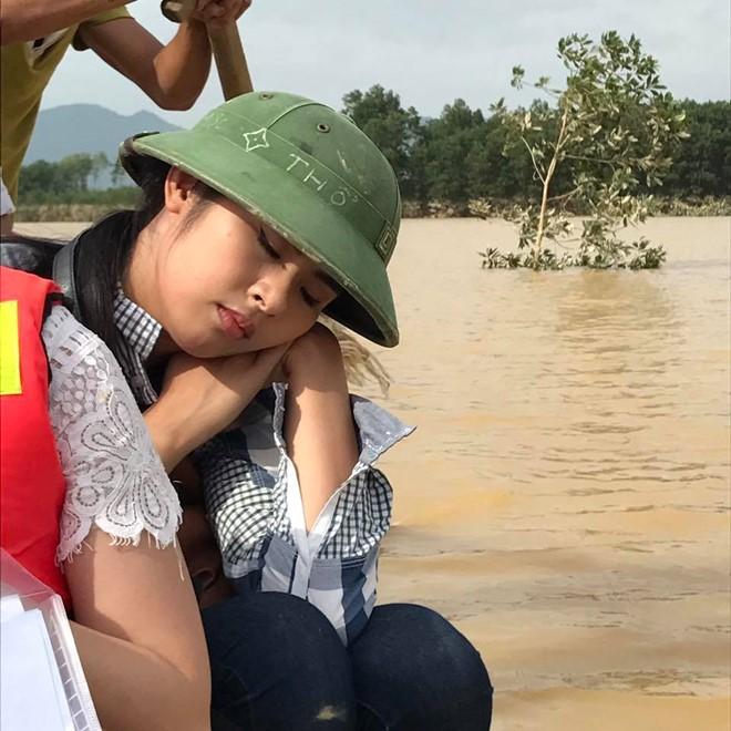 Hình ảnh cô ngủ gục trên thuyền được một người cùng đoàn chụp lại. Ảnh: FBNV.