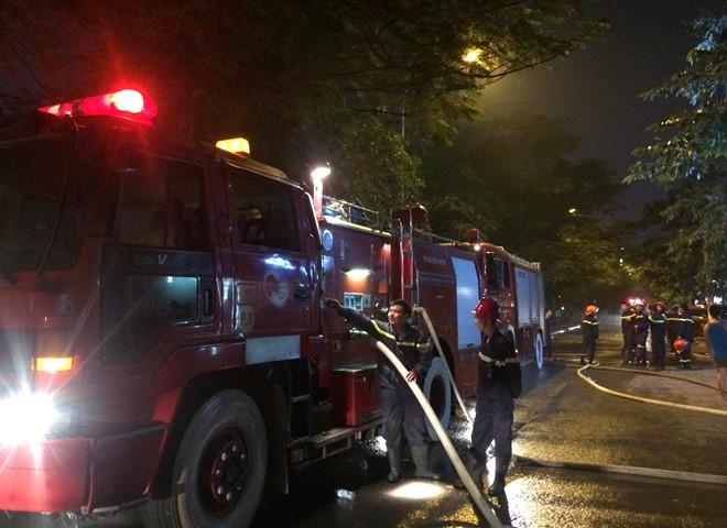 Trước thông tin người dân báo thời điểm xảy cháy có khoảng 10 người bị mắc kẹt bên trong quán karaoke, cảnh sát đang sử dụng mặt nạ phòng độc tiến vào bên trong tìm kiếm, kiểm tra từng phòng. Hiện chưa thấy bất kỳ dấu hiệu của các trường hợp người gặp nạn trong đám cháy. Tuy nhiên, công tác tìm kiếm cứu nạn vẫn đang được cảnh sát triển khai.