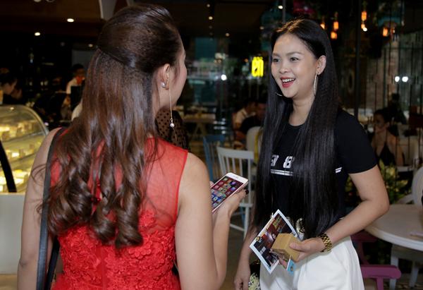 Bà xã của diễn viên Thành Được là Trần Vân Anh (áo đen) trò chuyện cùng MC Đỗ Phương Thảo.