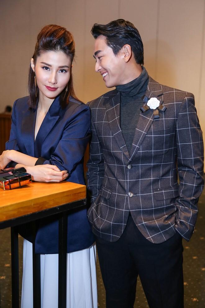 Diễn viên Hứa Vĩ Văn tháp tùng cùng Diễm My 9X đến xem show thời trang.