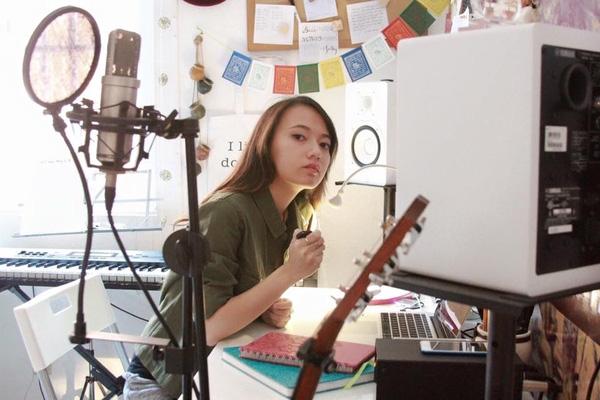 Ngoài ra, cô còn thực hiện các vlog chia sẻ cuộc sống hàng ngày với bạn bè và người hâm mộ.
