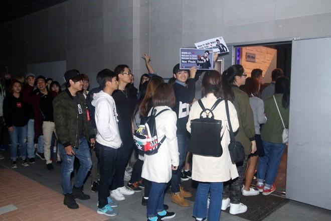 Tuy nhiên, vì số lượng fan bất ngờ đến đông hơn gấp 4 lần nên họ quyết định sắp xếp lại và cho tất cả cùng dự sự kiện. Không chỉ có khán giả người Việt đang học tập và sinh sống tại Seoul, một số bạn trẻ Hàn Quốc, Trung Quốc... cũng đến với buổi họp fan, đồng thời thể hiện tình cảm yêu mến dành cho Noo Phước Thịnh.