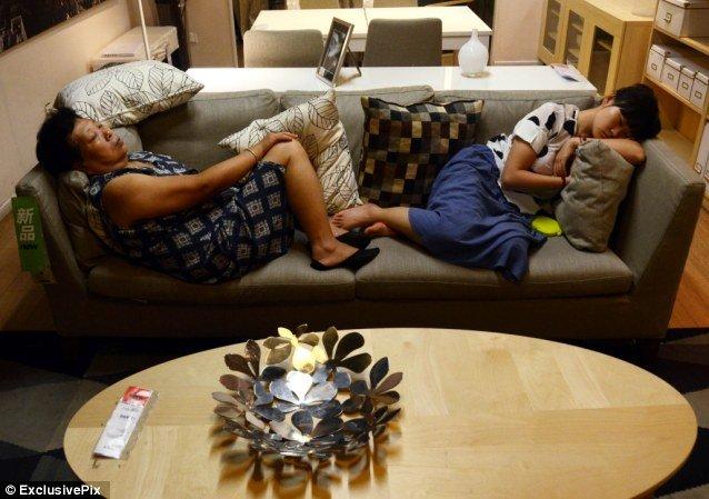 Họ mặc cả đồ bộ ở nhà để vào siêu thị ngủ cho thoải mái.