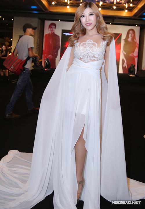 Ca sĩ Trang Pháp cũng điệu đà với váy trắng xuyên thấu ở phần ngực, tà dài quét đất.