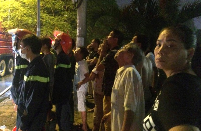 Rất đông người dân đang tập trung bên ngoài hiện trường để theo dõi diễn biến vụ hỏa hoạn.