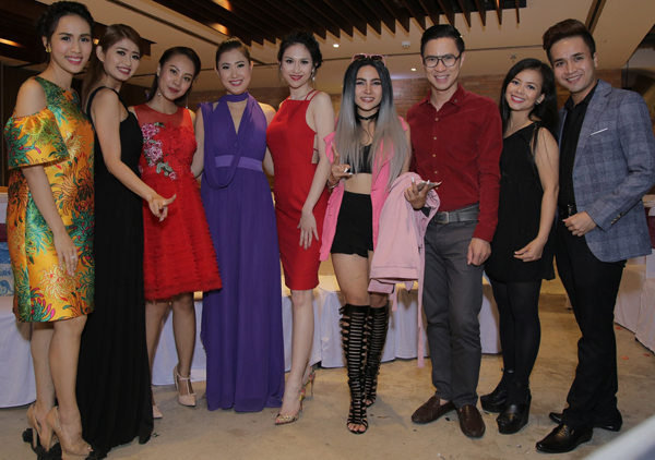MC Bảo Anh (ngoài cùng bên trái), Anh Quân (thứ ba từ phải qua) cùng nhiều nghệ sĩ dự event tại TP HCM.
