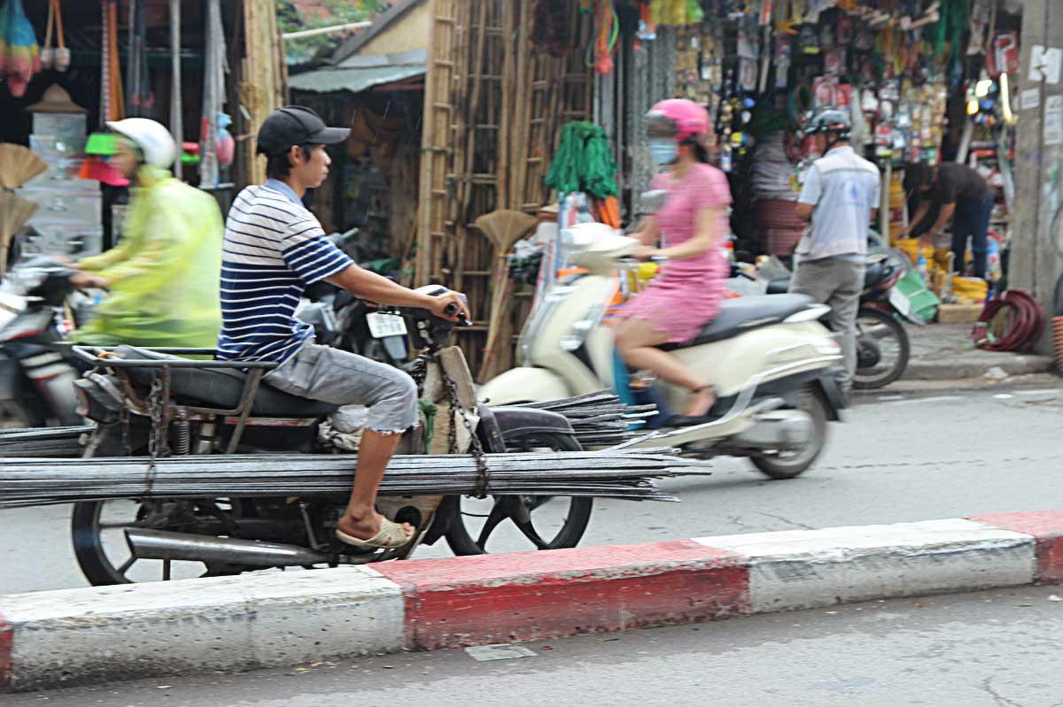 Anh Tuấn, làm nghề xe ôm 3 năm ở Hà Nội, thường đợi khách ở đường Đê La Thành cho biết: Chở vật liệu sắt thép, cái gì cũng chở hết, giá mỗi chuyến khoảng 5-7 km lấy 200 ngàn.