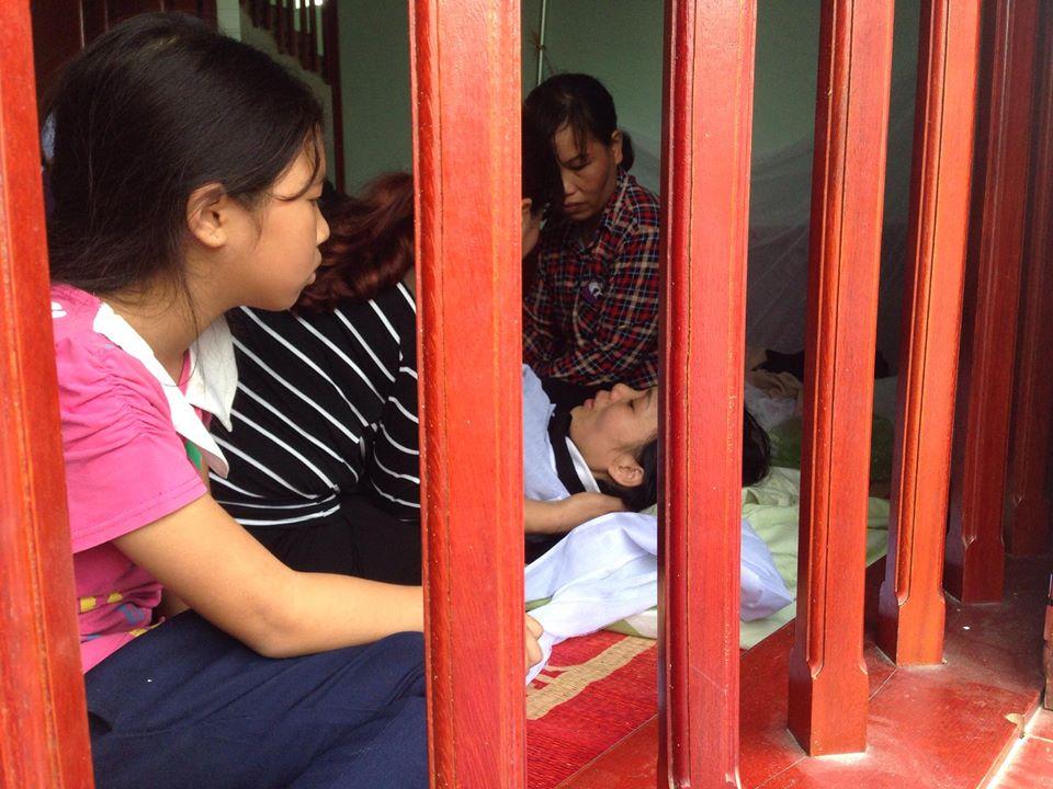 Chị Thanh ngất lịm trước nỗi đau tột cùng.
