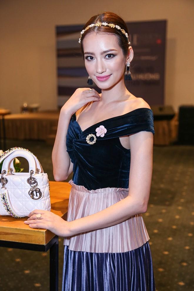 """Hoa hậu Trúc Diễm cũng một mình đến sự kiện. Cách đây ít ngày, cô thu hút sự chú ý khi """"khoe"""" đồng hồ có giá lên tới 3 tỷ đồng do ông xã tặng."""