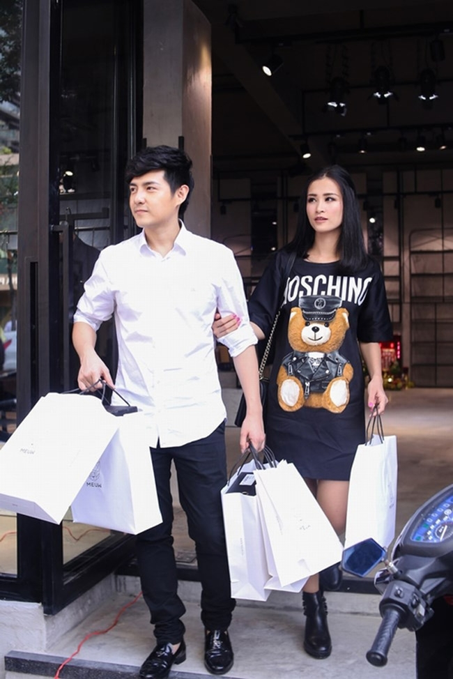 Để chuẩn bị cho liveshow của mình, Đông Nhi cũng không tiếc tiền chi mạnh cho quần áo.