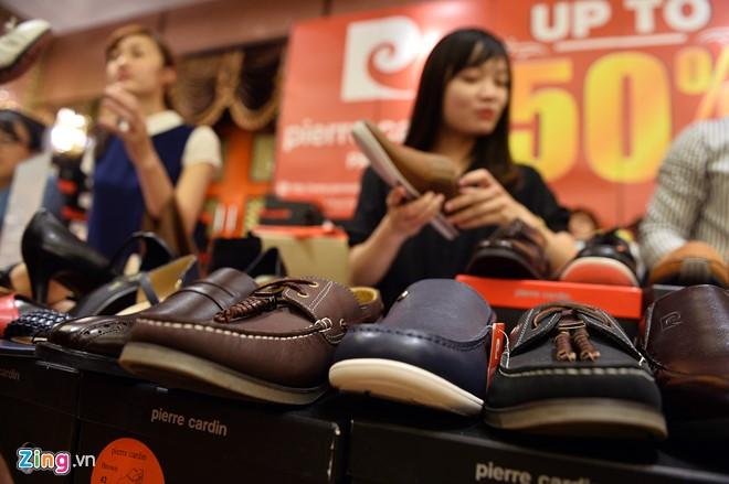 Tại hàng Pierre Cardin, nhân viên cho biết giá sau khi giảm 50% còn từ 1,3 triệu đồng đến hơn 3 triệu đồng/đôi.