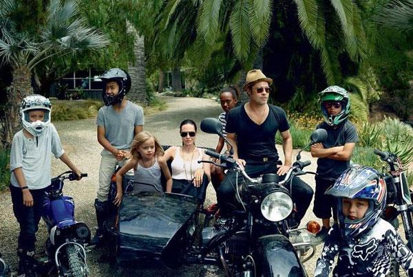 Một tháng trước đó, đại gia đình xuất hiện ấn tượng trên tạp chí Vogue tháng 10/2015 - gần tròn 1 năm trước khi Angelina Jolie đệ đơn ly hôn Brad Pitt.