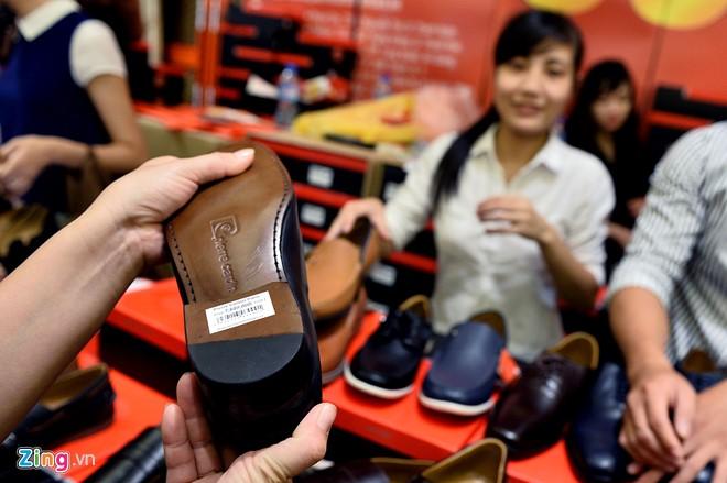 Trong ảnh là giầy loại đắt nhất gian hàng, 3,8 triệu đồng sau khi giảm 50%. Trong ngày cuối cùng sự kiện, họ đã bán hơn trăm mặt hàng.