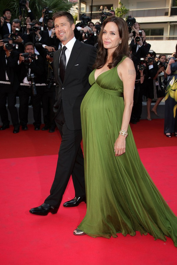 Tháng 5/2008 ở LHP Cannes, Angelina cho biết cô đang mang song thai.