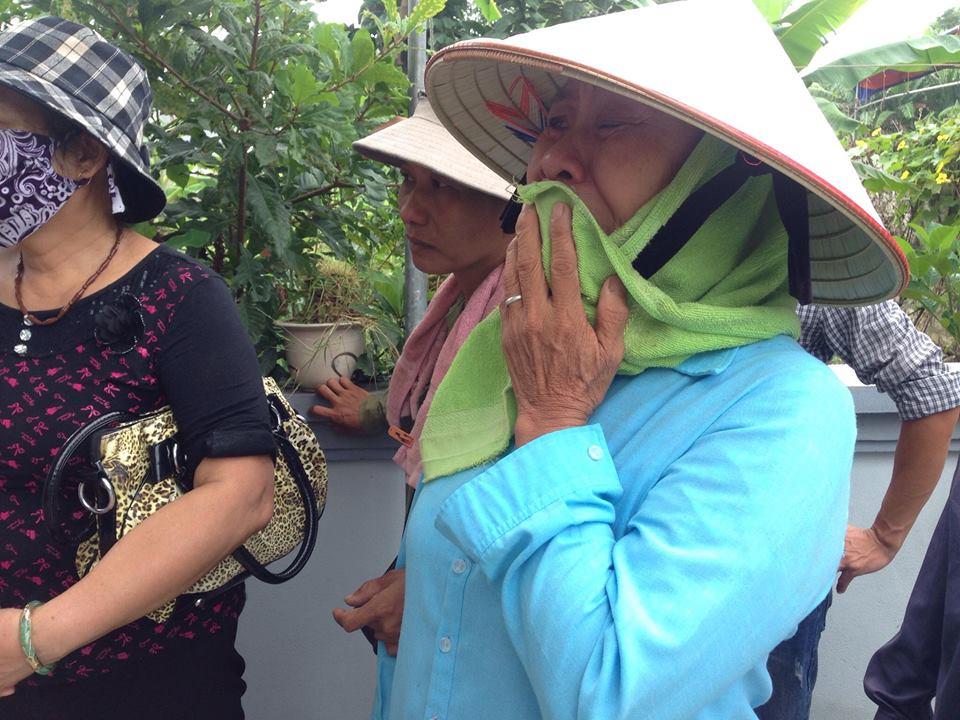 Người thân, bạn bè, bà con lối xóm đến chia buồn cùng gia đình nạn nhân không cầm nổi nước mắt.