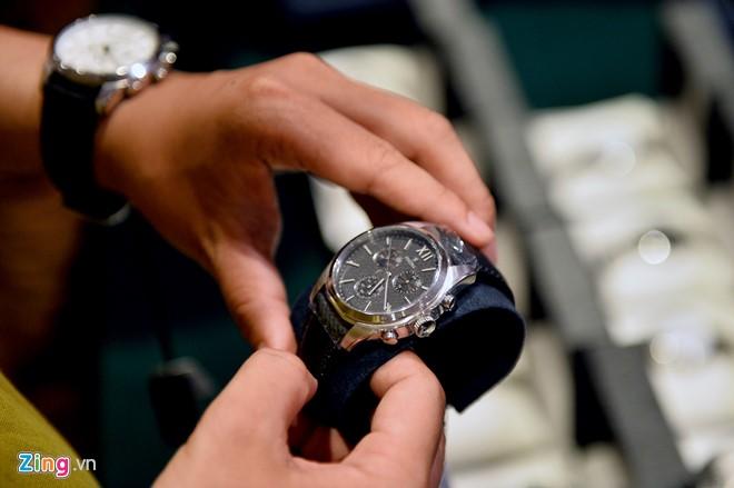 Hai chiếc đồng hồ được một thanh niên thử chọn mua. Giá sau khi giảm 30-40% còn 3,5 triệu (chiếc đeo tay) và 4,5 triệu (chiếc cầm tay).
