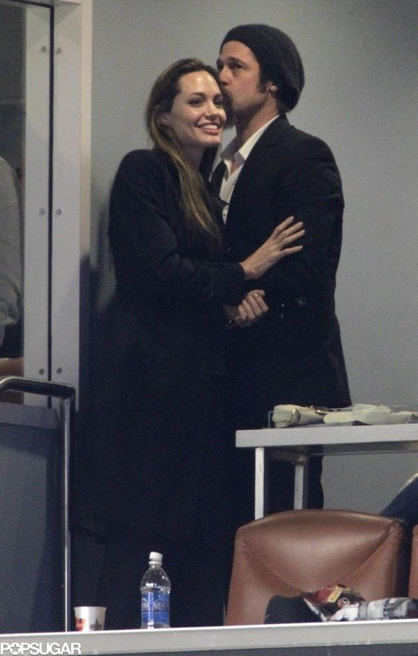 Tháng 2/2010, cặp đôi công khai tình tứ ở giải bóng bầu dục Super Bowl, đập tan tin đồn chia tay do trang báo News of the World công bố. Cặp đôi sau đó còn kiện trang báo này.