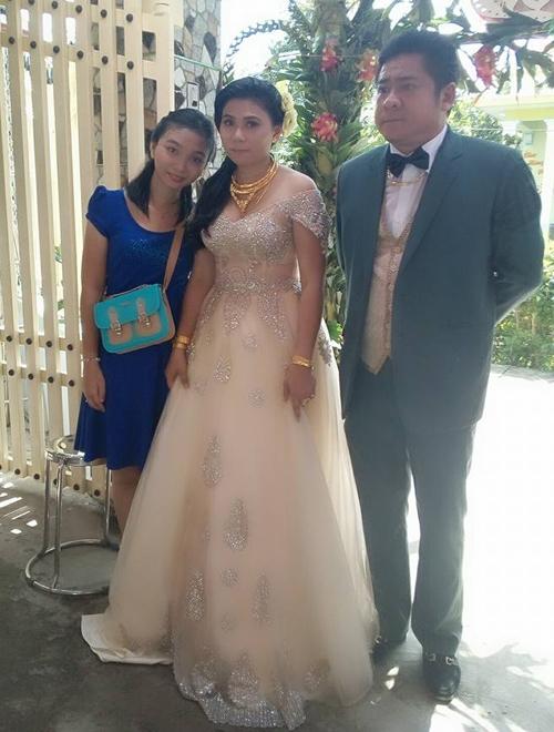 Cô dâu được tặng rất nhiều trang sức vàng trong ngày vu quy.