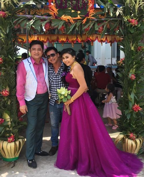 Huỳnh Anh Tuấn mặc ton-sur-ton tím với bà xã, vui vẻ đón khách tới dự tiệc cưới.