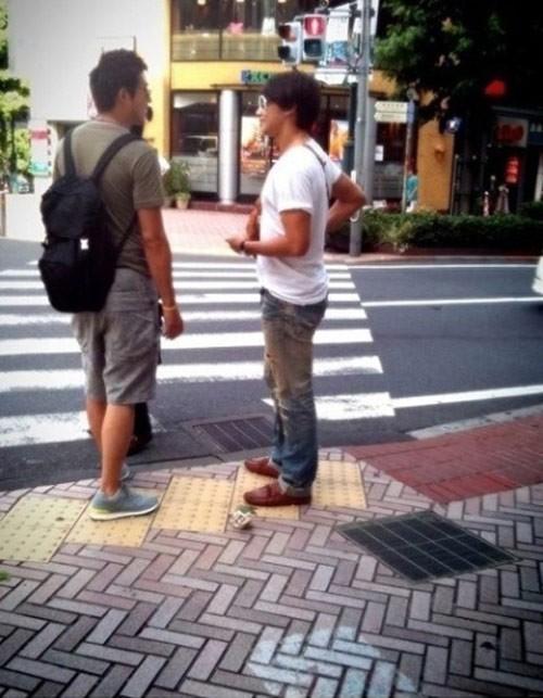 Thoạt nhìn ai cũng nghĩ rằng Bi Rain chắc hẳn phải có chiều cao khủng và chính trong hồ sơ anh cũng khai rằng mình cao 1m85. Tuy nhiên từ bức ảnh chụp phía sau Bi Rain (1m85) và nam diễn viên Lee Jung Jin (1m84) được cư dân mạng chia sẻ, có thể thấy rằng Bi thấp hơn đồng nghiệp trông thấy.
