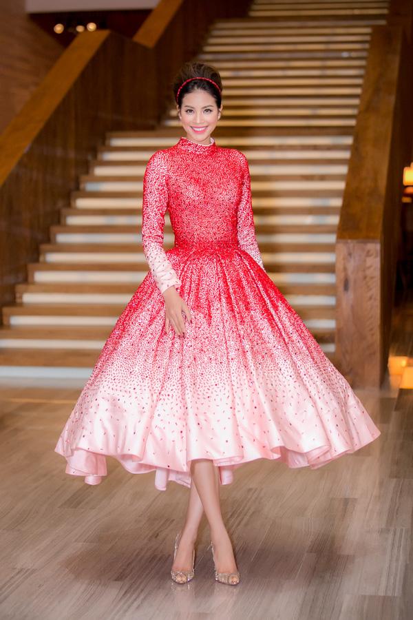 Hoa hậu Hoàn vũ Việt Nam Phạm Hương diện chiếc đầm đỏ trắng đậm phong cách công chúa.