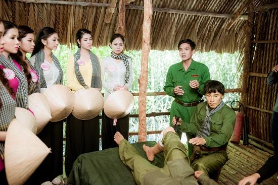 Các cô gái xúc động khi nghe câu chuyện các chiến sĩ tại rừng Sác.