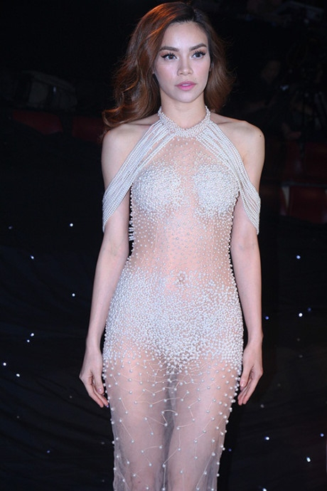 Bộ váy Hà Hồ khoe 70% cơ thể trên sóng truyền hình