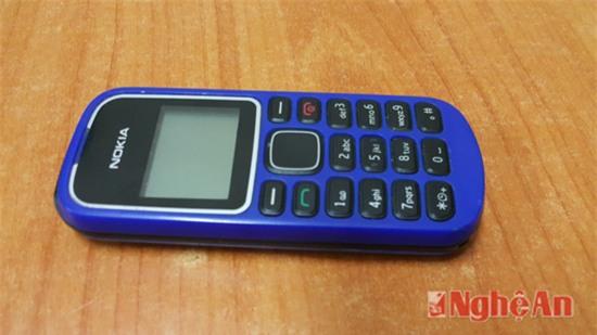 Tang vật chiếc điện thoại mà nhóm của Bền đã cướp của nạn nhân để về giao nộp cho bà Tuyết.