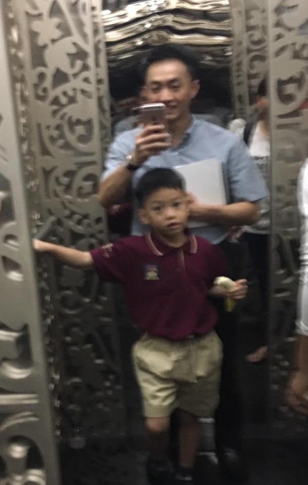 Hình ảnh vui vẻ của hai bố con trong ngày đến trường.