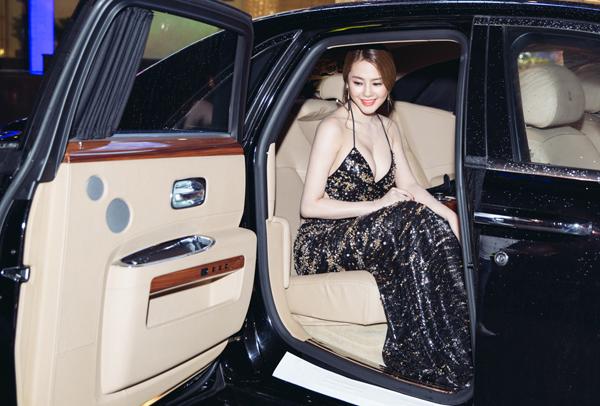 Linh Chi gây chú ý khi ngồi xế hộp sang trọng hơn chục tỷ đồng đi sự kiện điện ảnh.