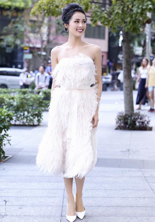 Hạ Vi diện váy lông trắng muốt của nhà thiết kế Lâm Gia Khang, khoe vai trần quyến rũ trên phố.