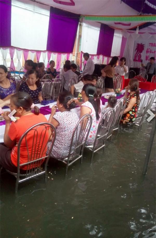 Những vị khách ngồi ăn... trên nước vẫn tươi cười, rộn ràng