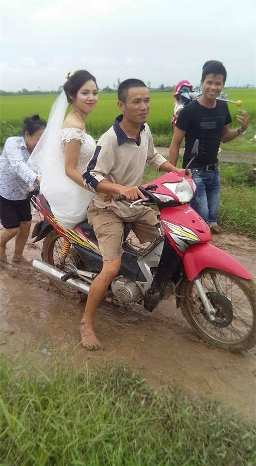 Nàng dâu trẻ xinh đẹp vẫn cười tươi hạnh phúc dù phải về nhà chồng trong tình cảnh đáng nhớ.