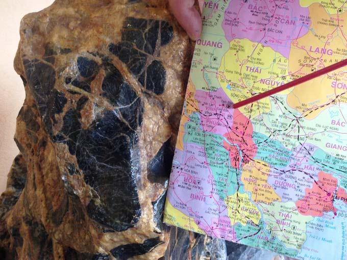 Trên lưng hòn đá có một hình màu đen gần giống với bản đồ TP Hà Nội năm 2004.
