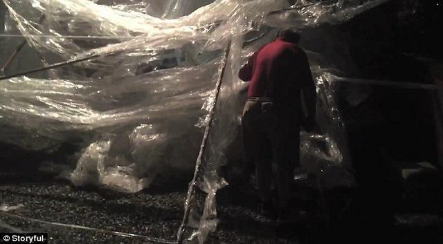 Trên Youtube Let's Tape It của mình, Jonathan quay cảnh lái xe đưa bố trở về căn nhà lúc nửa đêm. Trên xe, Jonathan bảo bố rằng mình đã cuốn chặt căn nhà trong 100 km băng dính.