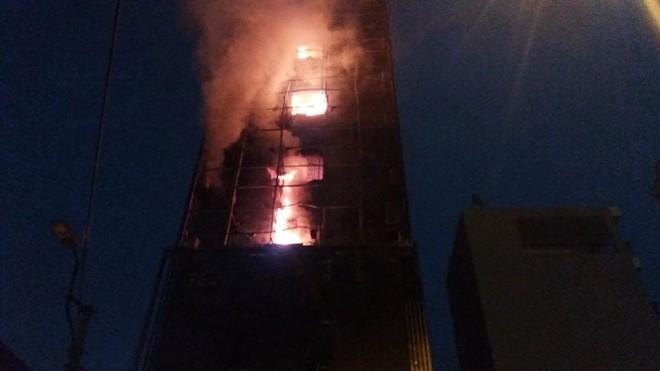 Sau hơn một giờ bùng phát, lửa lan vào bên trong quán thiêu rụi nhiều tài sản.