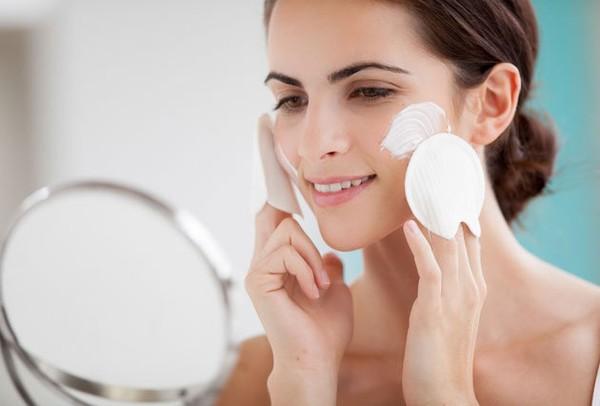 Dưỡng ẩm cho da trong thời gian này đều đặn giúp gia khoẻ hơn
